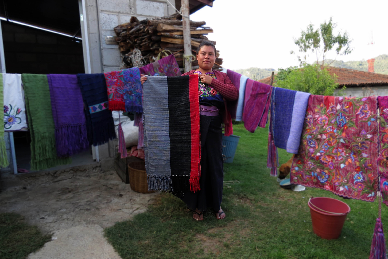 Hilando Historias blog, HHlooks, artisan design, diseño artesanal, telar de cintura, backstrap loom, handmade, Mexico, Chiapas, Zinacantán, San Cristóbal de las Casas, México, artisan, artesana, ruana