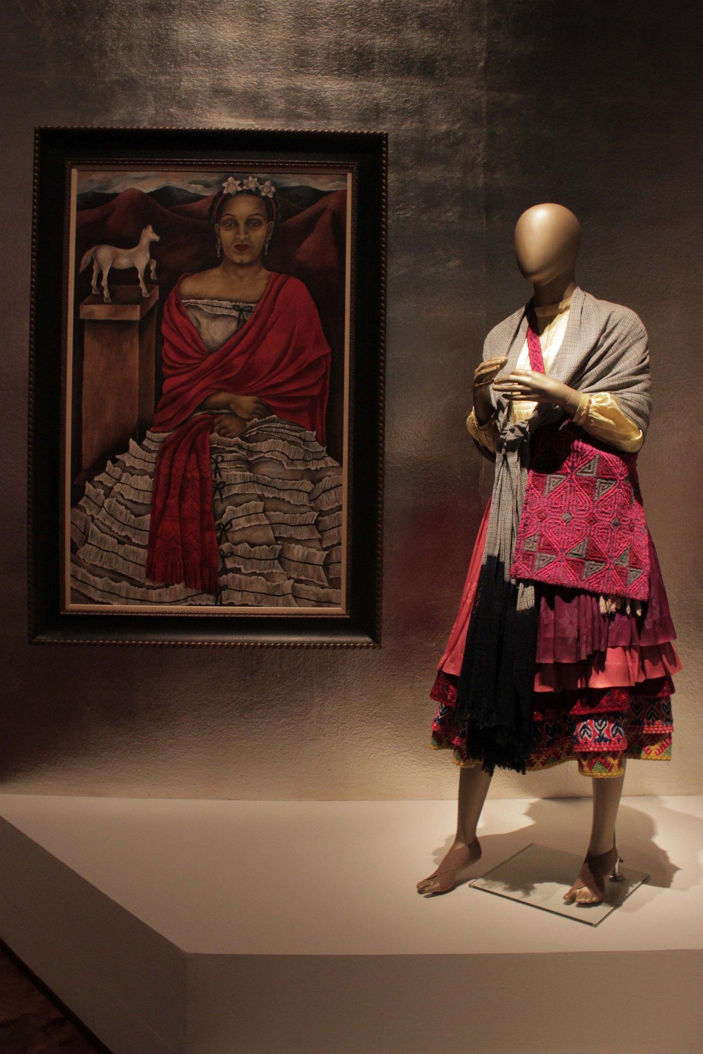 """Espectaculares trajes indígenas expuestos en """"Indumentaria y moda en México"""""""